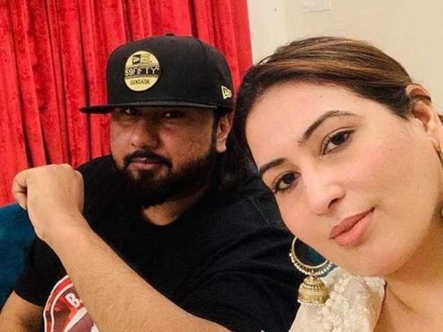 कई महीनों से सोशल मीडिया पर घरेलू हिंसा का दर्द बयां कर रही थीं हनी सिंह की पत्नी, अब जाकर पति के अत्याचारों पर तोड़ी अपनी चुप्पी