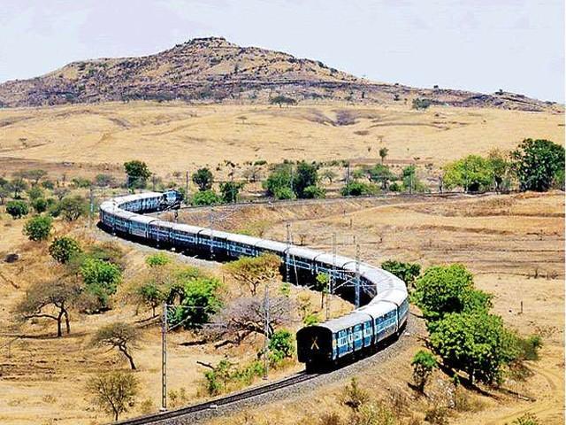 Indian Railways: ट्रेनों का समय पालन सुनिश्चित करने की दिशा में रेलवे को उठाने चाहिए समुचित कदम