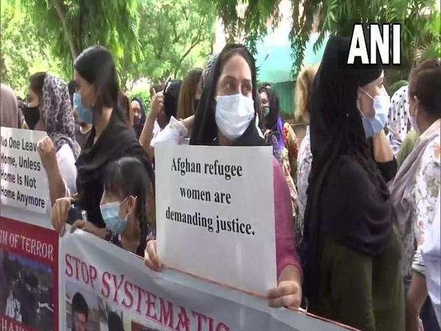 संयुक्त राष्ट्र उच्चायुक्त के कार्यालय के सामने अफगान शरणार्थी कई मागों को लेकर कर रहे विरोध प्रदर्शन