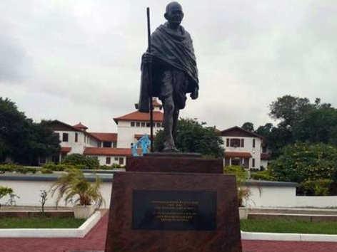 हंगामा बरपा तो इस देश में हटाई गई गांधी प्रतिमा