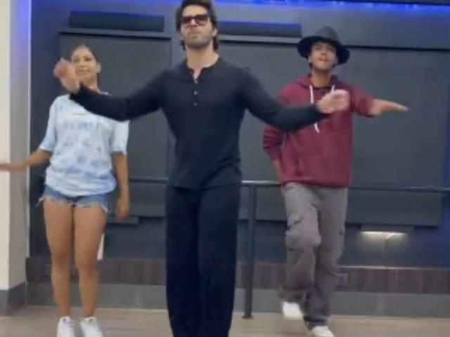'Permission to Dance' पर वरुण धवन ने किया धमाकेदार डांस, एक्टर के स्वैग पर फिदा हुए फैंस, देखें वीडियो