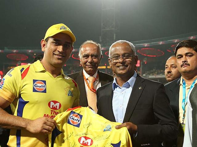 IPL 2019: Kohli, Dhoni present jerseys to visiting Maldives President