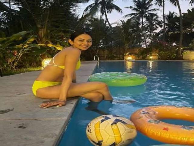 Rakul Preet Singh ने स्विमिंग पूल में किया चिल, बिकिनी में दिखा बोल्ड अवतार