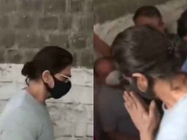 बेटे आर्यन के अलावा जेल में दूसरे लोगों से भी मिले शाह रुख खान, हाथ जोड़कर यूं किया सम्मान, देखें वायरल वीडियो