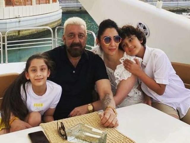 मान्यता दत्त ने शेयर की बाप और बेटी के बॉन्डिंग की प्यारी तस्वीर, इकरा को गले लगाए नजर आए संजय दत्त