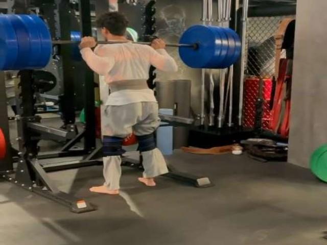 Tiger Shroff ने 180 किलो वजन उठाकर लगाए स्क्वैट्स, देखें वर्कआउट वीडियो