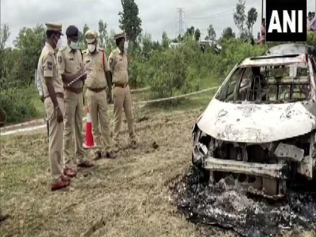 तेलंगाना: पूर्व भाजपा नेता को उनकी कार समेत जलाया, डिक्की में मृत मिले