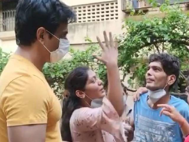 Sonu Sood को देख फूट-फूटकर रोने लगा कैंसर पीड़ित, भावुक एक्टर ने यूं दिया रिएक्शन
