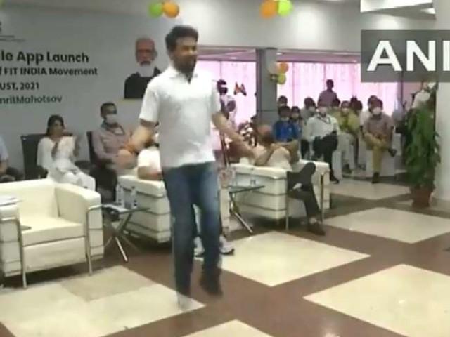 Video : फिट इंडिया मोबाइल एप की शुरुआत, खेल मंत्री अनुराग ठाकुर ने एक पैर पर रस्सी कूद कर फिटनेस स्किल भी दिखाई