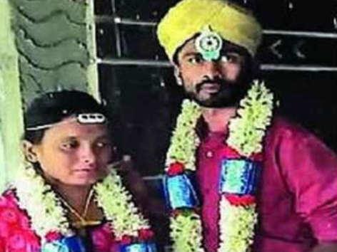 मंदिर में शादी, फेसबुक लाइव को बनाया सबूत