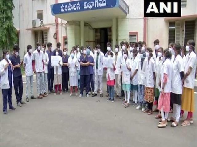 हैदराबाद में डॉक्टरों का विरोध प्रदर्शन, COVID रोगी के परिजनों ने सहकर्मी पर किया है हमला
