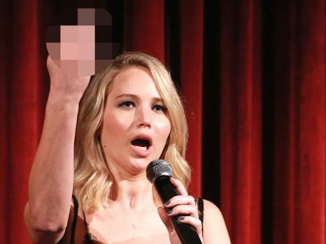Jennifer Lawrence fa il dito medio al pubblico durante una presentazione di Madre!
