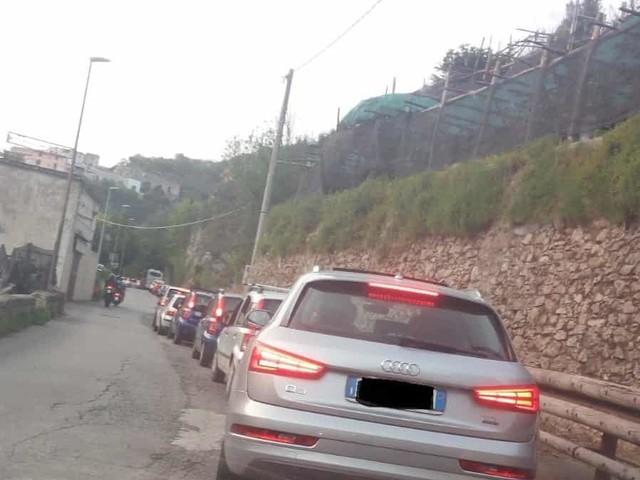 Tramonti: fila interminabile al semaforo di Pucara. Auto incolonnate da Vecite di Maiori