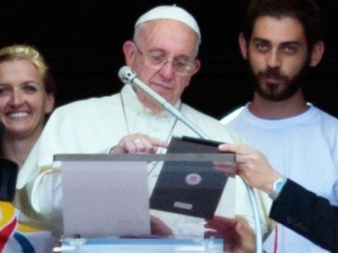Il Papa promuove i social e lancia la «app» per pregare