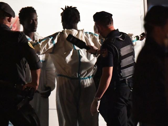 """Migranti, l'allarme dei servizi segreti: """"Gli scafisti cercano la strage"""""""
