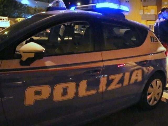 Roma, tenta di soffocare la moglie con un cuscino: i vicini salvano la donna