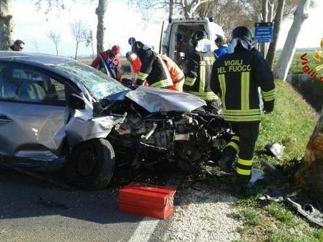 L'auto va a sbattere contro un platano: rimane incastrato tra le lamiere
