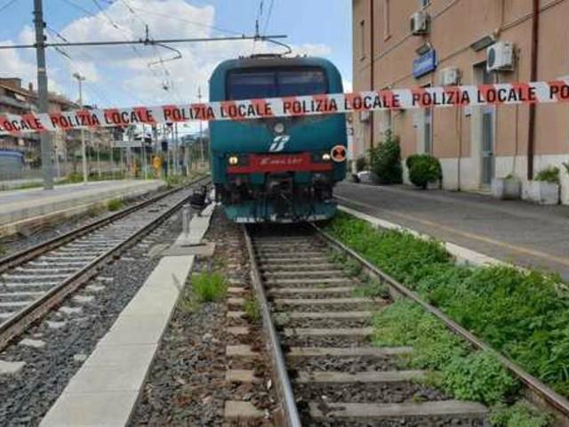 """Romano di Lombardia, 25enne aziona il freno d'emergenza e aggredisce un controllore: """"Mi annoiavo"""""""