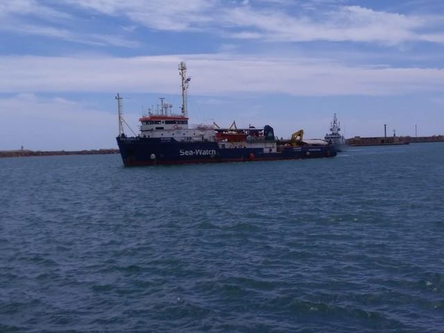 """Sea Watch, giallo sullo sbarco. Salvini: """"Da chi il via libera?"""""""
