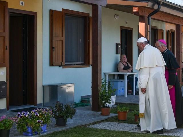 """Papa Francesco a Camerino, nelle casette dei terremotati: """"Situazione si risolva subito"""""""