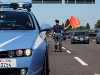 Fugge con un'auto rubata e viene investito Grave un uomo dopo un incidente nel Lametino