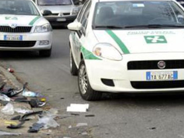 Non si accorge della frenata e centra l'auto della polizia: vigile finisce in ospedale