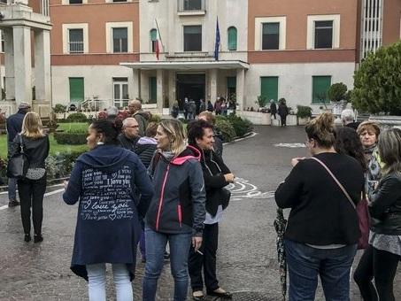 Incendio a Villa San Pietro, notte di paura in ospedale a Roma. Trasferiti 400 pazienti