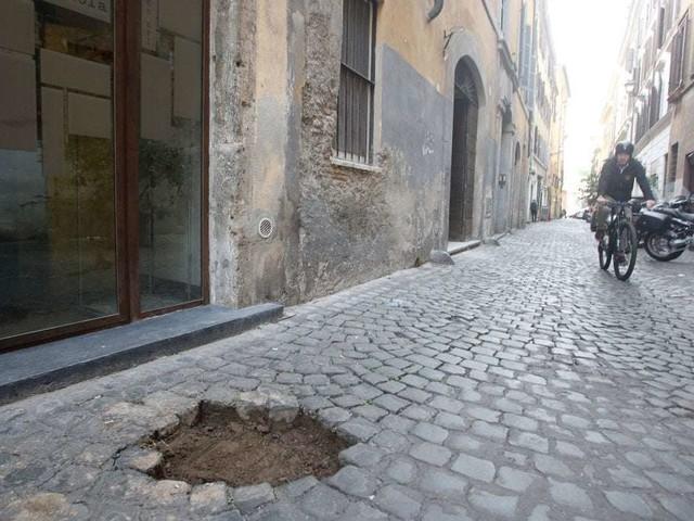 """Roma, Monti: rubate 20 pietre d'inciampo dedicate alle famiglie ebree Di Castro e Di Consiglio. Zevi: """"Atto criminale"""""""