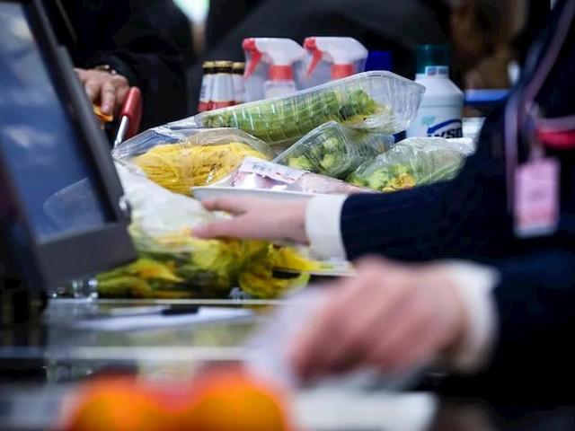 Plastic tax: un euro ogni kg di imballaggio. Prezzi su, +138 euro l'anno per i consumatori