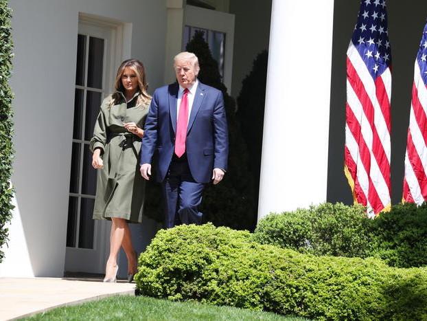 Trump ha febbre, tosse e respira male Il presidente ricoverato in ospedale Anche per la moglie sintomi covid-19