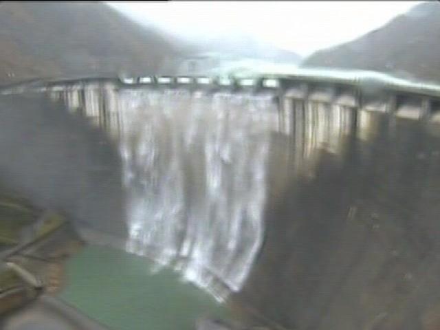 Piogge e fusione delle nevi, spettacolare tracimazione della diga di Ridracoli: il gigante della Romagna fa sentire la sua voce