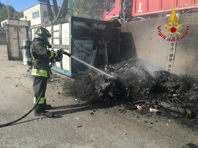 Torre Le Nocelle, incendio in un deposito di rifuti