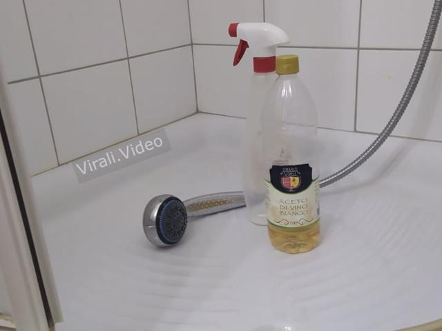 Il modo sicuro per pulire la doccia con l'aceto