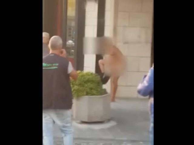 Matinella, immigrato si spoglia in strada davanti ai passanti VIDEO