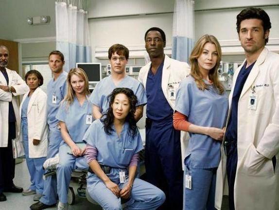 Insulti omofobi, spin-off e addii inaspettati: che fine hanno fatto gli attori più amati di Grey's Anatomy