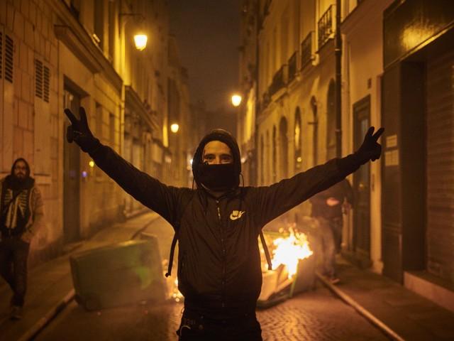 Botte, assalti e danni: ancora i soliti gilet gialli. Ma Macron è più forte