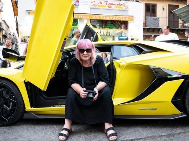 Ragazzine e Lamborghini, la campagna di Letizia Battaglia è un caso sui social: le immagini ritirate
