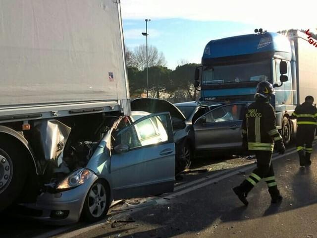 Pauroso incidente a Veggiano: due automobili schiacciate tra due camion