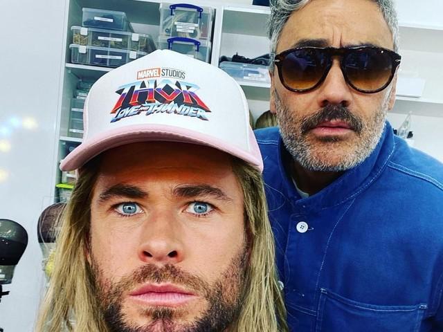 Thor: Love and Thunder, Chris Hemsworth condivide una foto dal set con Taika Waititi