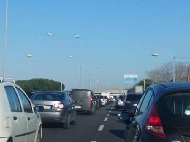 Scontro tra auto sulla Statale 100 vicino all'Ikea: passeggeri feriti, traffico in tilt verso Bari