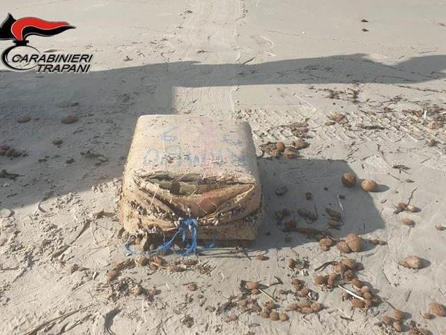Ritrovato sulla spiaggia di Marsala un sacco con 40 chili di hashish
