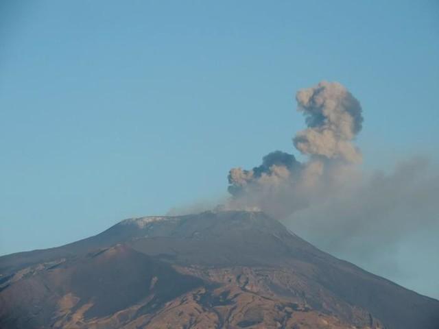 Etna: cenere lavica da crateri sommitali