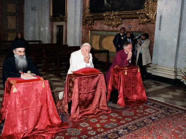 Pope participates in Moment of prayer for peace