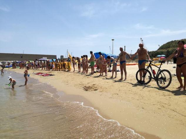 Goletta Verde: catena umana a Punta Penna per fermare l'assalto al mare in Abruzzo