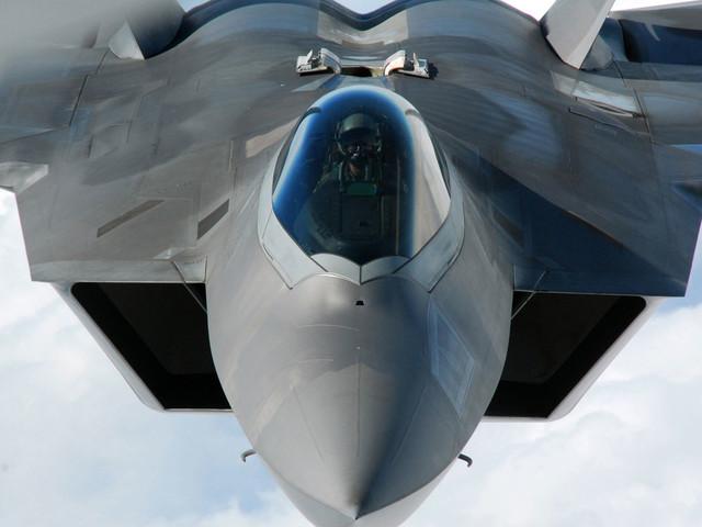 Stati Uniti, schierato squadrone di F-22 Raptor in Europa