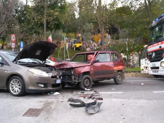 Macerata, scontro fra due auto e un furgone: traffico in tilt (FOTO)