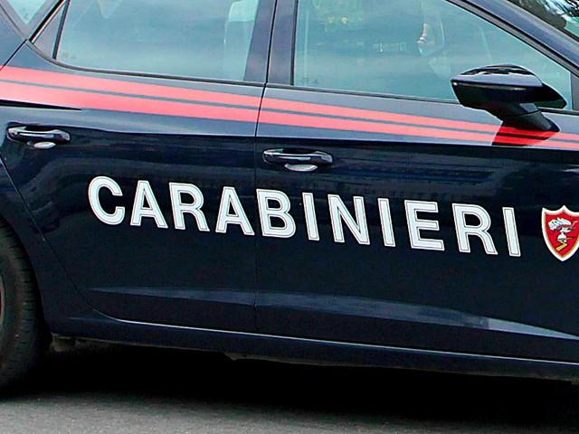 Mantova, 29enne distrugge auto e arredo urbano con un'ascia e poi si avventa su un passante: accusato di strage e tentato omicidio