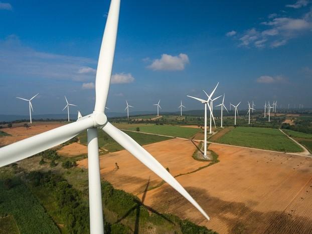 Un anno per l'ok a una colonnina elettrica. Così la Spagna ci supera anche nelle rinnovabili