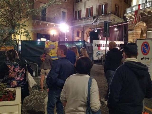 """Macerata, Green pass e recinzione per accedere a """"La Corrida"""": fischi e proteste contro gli organizzatori"""