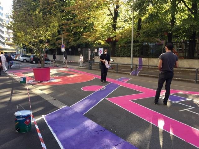 Un nuovo spazio di socializzazione per strada a Milano: asfalto colorato, giochi e panchine da curare tutti insieme